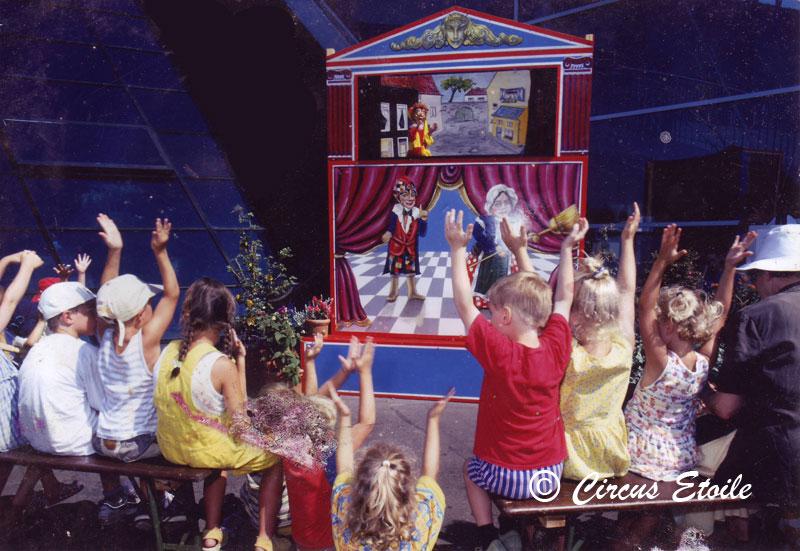 Dit oudhollandsche poppen theater doet oude jeugdsentiment herleven daarom mag deze poppenkast niet ontbreken op elk kinderevenement.